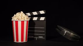 Filmrulle med popcorn och panelbrädan stock video