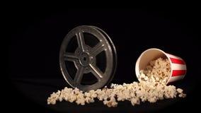 Filmrulle med popcorn på svart arkivfilmer