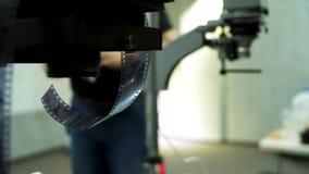 Filmrulle och apparat för filmutveckling på bakgrund Gamla fotofilmrullar, kassett och retro kamera på bakgrund lager videofilmer