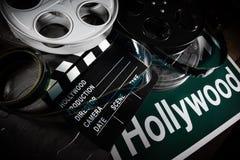 Filmrulle och panelbr?da Hollywood underh?llningsindustribakgrund p? en tr?tabell royaltyfri foto