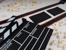 Filmrulle på en träbakgrund, rulle på en träbakgrund royaltyfria bilder