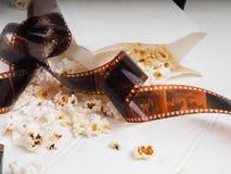 Filmrulle på en träbakgrund, rulle på en träbakgrund arkivfoto