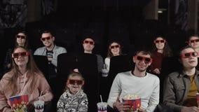 Films de montre des jeunes dans le cin?ma : com?die dans 3D clips vidéos