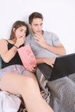 Films de observation de couples dans le lit Photographie stock