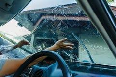 Films de voiture installant la tache floue de film de protection de pare-brise image stock