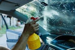 Films de voiture installant la tache floue de film de protection de pare-brise image libre de droits