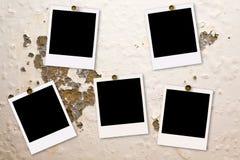 Films polaroïd sur le mur endommagé images stock