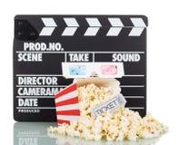 Filmscharnierventil, Popcorn und gestreifter Kasten, Karte zu den Filmen, Gläser 3d auf Weiß Lizenzfreies Stockfoto