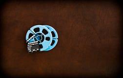 Filmscharnierventilbrett und Blau farbige Filmrollen Stockbilder