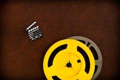Filmscharnierventilbrettdetail und farbige Filmrollen Stockfoto