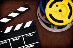 Filmscharnierventilbrettdetail und farbige Filmrollen Lizenzfreie Stockbilder