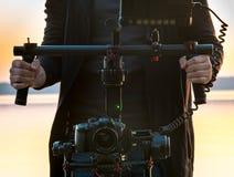 Filmskapare på uppsättningfilmande med stabilisatorn arkivbild