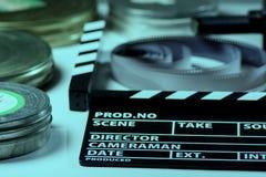 Filmsmällare, rullar av filmen och filmer för en 35mm ask Arkivbilder