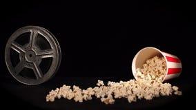 Filmspoel met popcorn op zwarte stock video