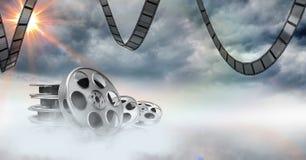 Filmspoelen tegen hemel op achtergrond Stock Foto's