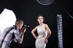 Filmster tijdens het photoshooting Royalty-vrije Stock Afbeelding