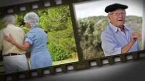 Filmstrip van bejaard paar in een park stock video
