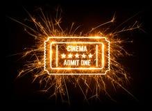 Filmu bilet w rozjarzonym sparkler na ciemnym tle Zdjęcia Stock