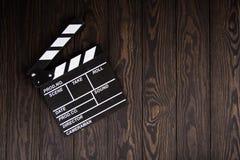 Filmu clapperboard na drewnianym stołowym tła mieszkaniu nieatutowym, pracy producent stół pojęcie film, film, rozrywka, adverti fotografia royalty free
