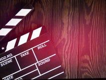 Filmu clapperboard na drewnianym stołowym tła mieszkaniu nieatutowym, pracy producent stół pojęcie film, film, rozrywka, adverti zdjęcie stock