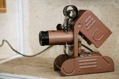 Filmvisningapparat - en fantastisk tappningmaskin på en hylla i ett gammalt hus arkivbild