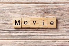 Filmwort geschrieben auf hölzernen Block Filmtext auf Tabelle, Konzept Lizenzfreie Stockfotografie