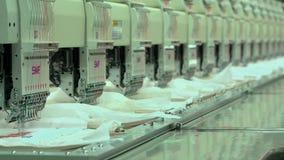 Filo automatizzato del ricamo sul ricamo a macchina del tessuto sulla fabbrica Fotografia Stock Libera da Diritti