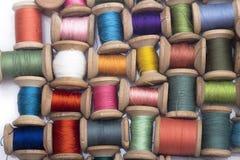 Filo colorato del cotone per il cucito sulle bobine di legno Fotografia Stock