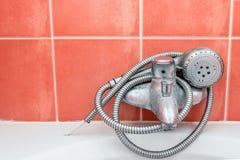 Filo di ordito della doccia intorno al rubinetto fotografie stock
