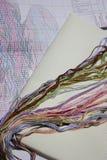 Filo di seta colorato del ricamo per il profilo e lo schema immagine stock