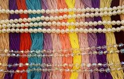 Filo di seta con le belle di perle e delle perle colorate multi Immagini Stock Libere da Diritti