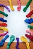 Filo di seta multicolore del ricamo su uno strato bianco Fotografia Stock Libera da Diritti