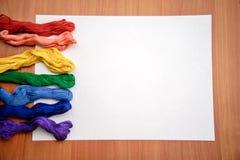 Filo di seta multicolore del ricamo su uno strato bianco Fotografie Stock Libere da Diritti