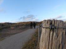 Filo spinato nelle dune immagini stock libere da diritti
