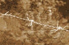 Filo spinato sopra la mappa di seppia di Europa Immagini Stock