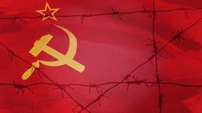 Filo spinato sui precedenti della bandiera dell'URSS fotografie stock libere da diritti