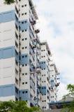 Filo stendiabiti di secchezza del sole urbano nella città di Singapore Immagine Stock