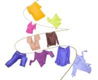 Filo stendibiancheria con i vestiti Immagini Stock