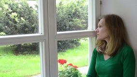 Filon-couche triste de fenêtre de femme banque de vidéos