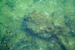 Filones del mar resaca Agua esmeralda El concepto de vacaciones de verano y de viaje imagenes de archivo