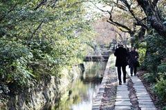 Filosofen går i Kyoto fotografering för bildbyråer
