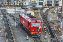 filosofie kandidat för TEP 70 för diesel- lokomotiv i den rörliga bussgaraget av järnvägen Arkivfoto