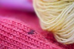 Fils à tricoter colorés de laine Images libres de droits