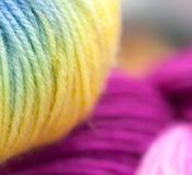 Fils à tricoter colorés de laine Images stock