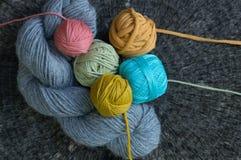 Fils à tricoter de diverses couleurs sur le fond de tronçon d'arbre Images libres de droits