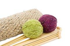 Fils à tricoter et pointeaux Images libres de droits