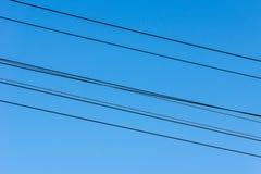 Fils électriques étirés à travers toute la ville Photographie stock libre de droits
