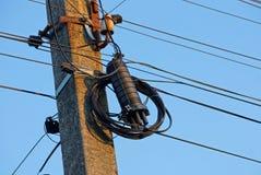 Fils électriques et boîte noire sur un pilier concret gris photographie stock libre de droits