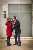 Fils affectueux chaudement habillé de famille devant le bâtiment rustique Photo libre de droits