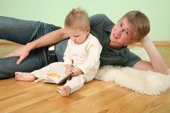 Fils avec le livre et le père photo libre de droits